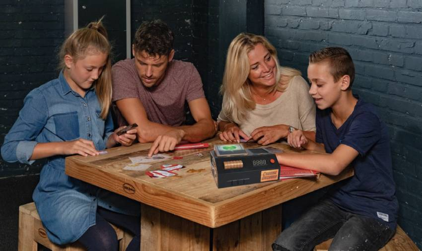 Familie speelt escape room the game Jumanji